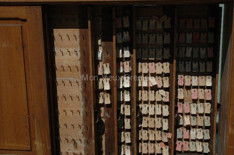 Meuble industriel fabrique de cl s pour rangement de for Meuble vitrine pour collection