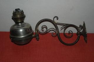 ancienne lampe à pétrole murale