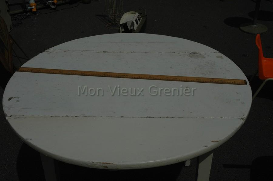 Table ronde en bois mon vieux grenier for Table ronde ou rectangulaire pour petit espace